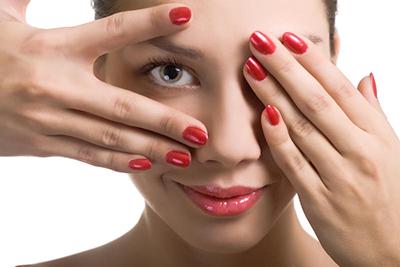 Уход за лицом: Как скрыть синяки под глазами (Видео)