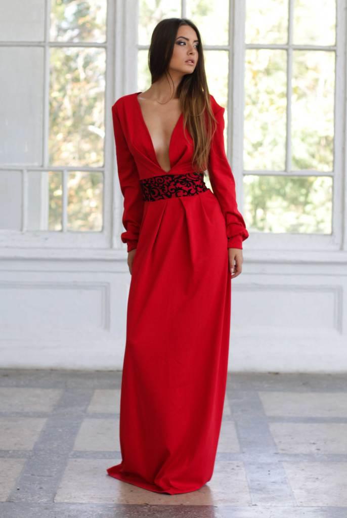 Фото женщин в платьях с декольте