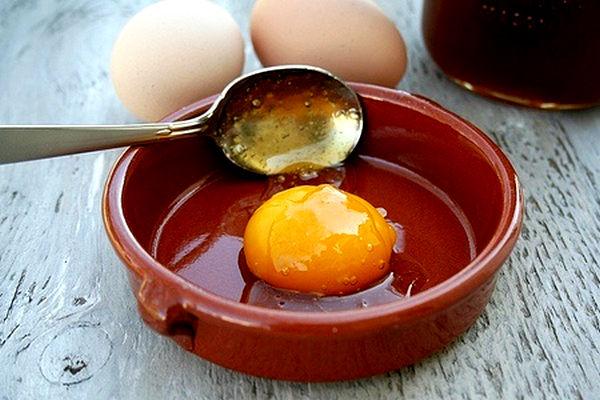 Домашняя косметология: Как мыть голову яйцом?
